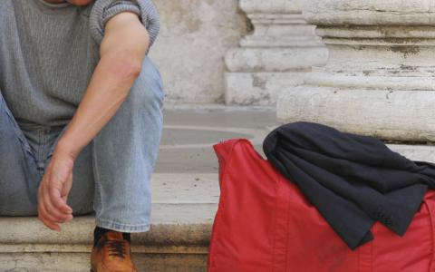 Homem sentado com mala